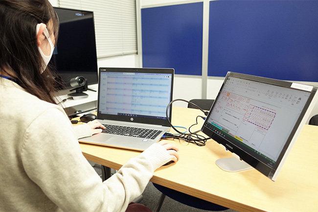 在宅での仕事も、セキュリティで守られた環境と社内資料を別画面で見ながら作業を行う事が可能