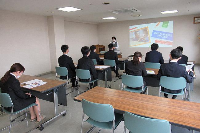 藤永美砂子主任が、求職者向けに、「働きやすい職場環境づくり推進」の中で「今回の制度化した取り組み」を説明