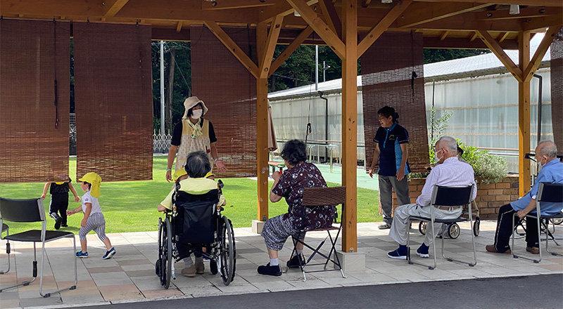 老人ホームと保育園が広場を挟んであるので、自然と交流が生まれる。