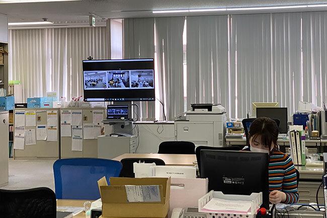 東洋エステートサービス:オフィスの一角に置かれたテレビ会議システム。営業所とのコミュニケーションの活発化に一役買っている